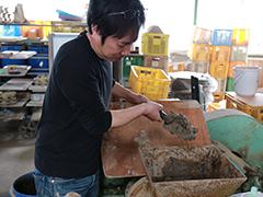 土を成形し,高温で焼いて食器などをつくる