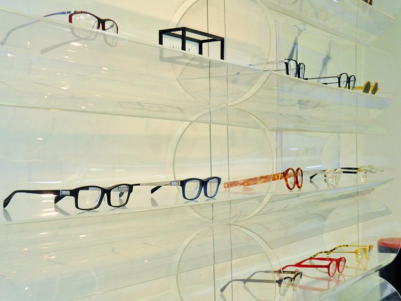 眼鏡のデザインを決めて,製品化する