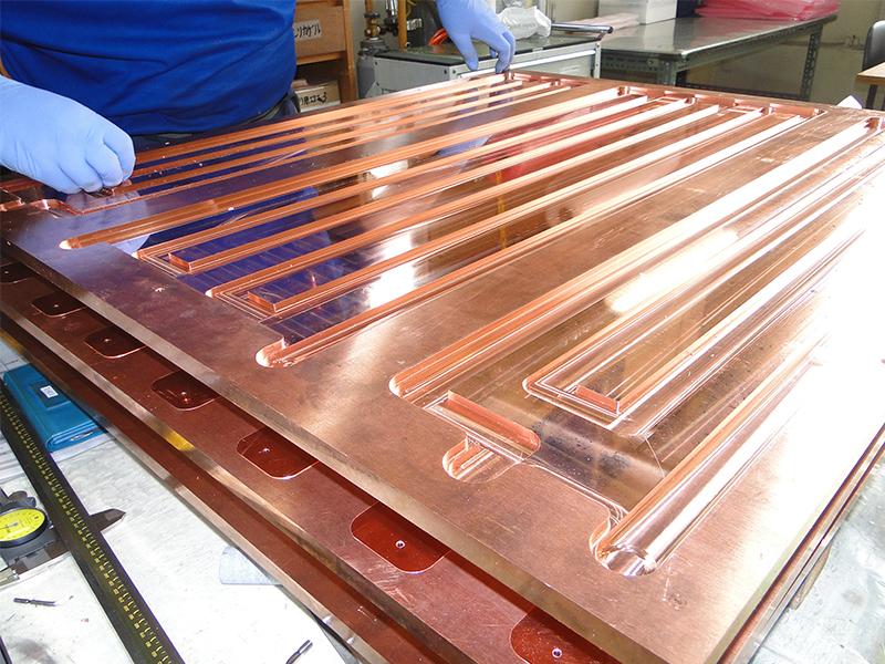 銅製の部品をみがいて検査する
