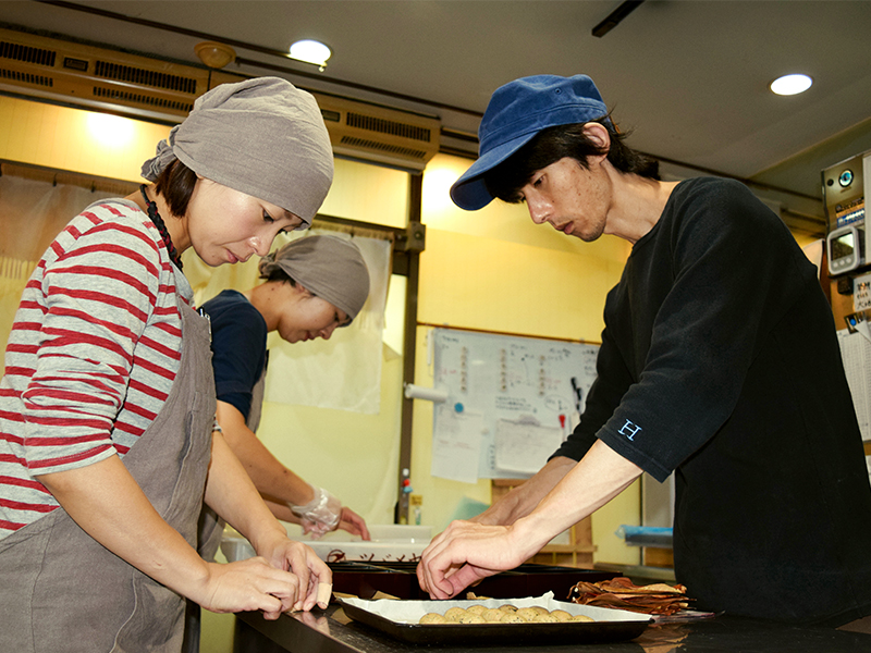 和菓子作りはチーム一丸となって