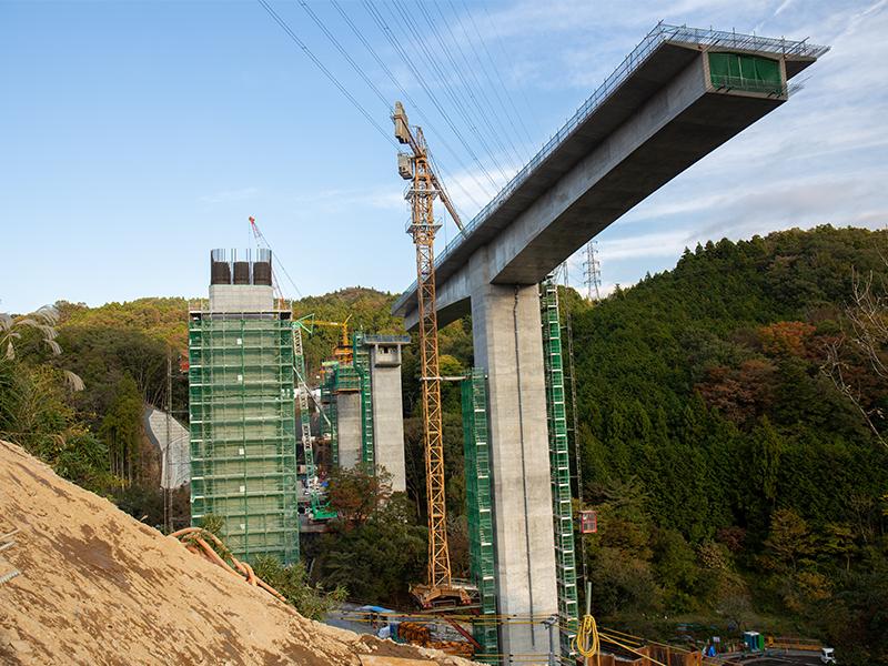 高速道路の<ruby>高<rt>こう</rt></ruby><ruby>架<rt>か</rt></ruby><ruby>橋<rt>きょう</rt></ruby>をつくるのが今の仕事