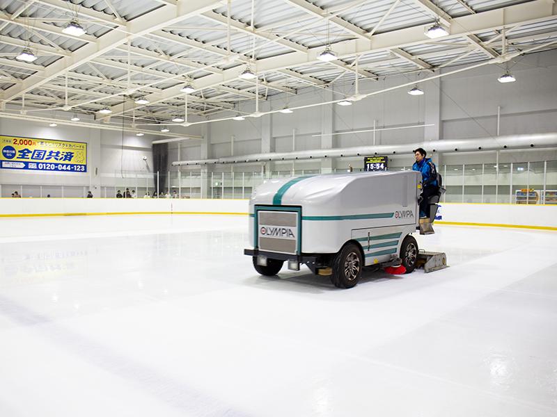スケートリンクの氷をきれいに整える