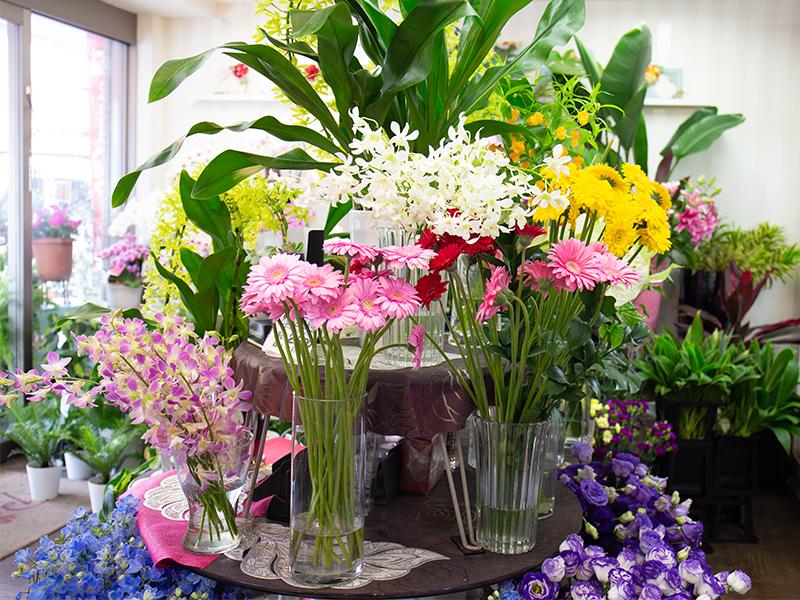 花を仕入れ,お客さまに売るための準備をする