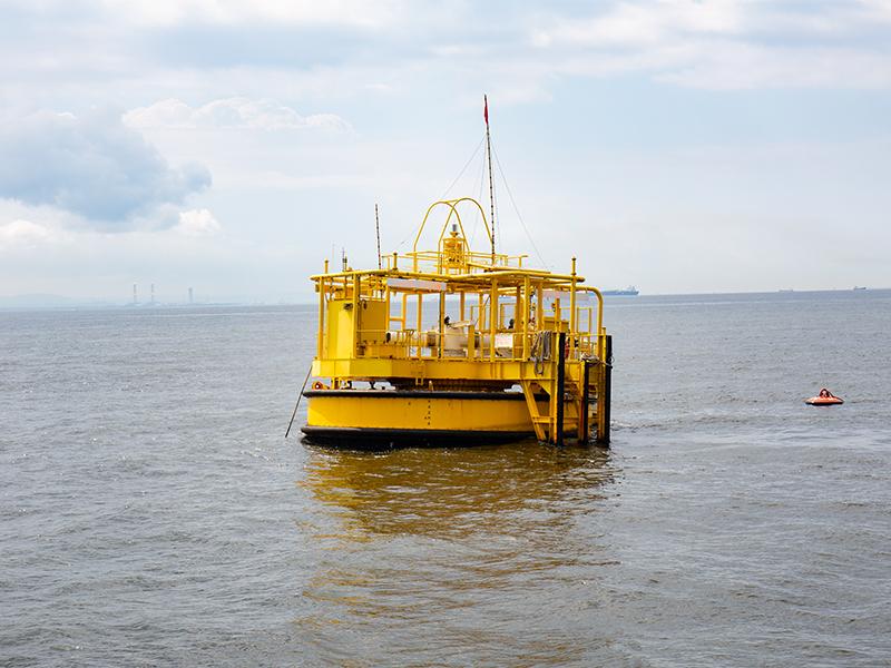 海に浮かぶブイ型の荷揚げ施設