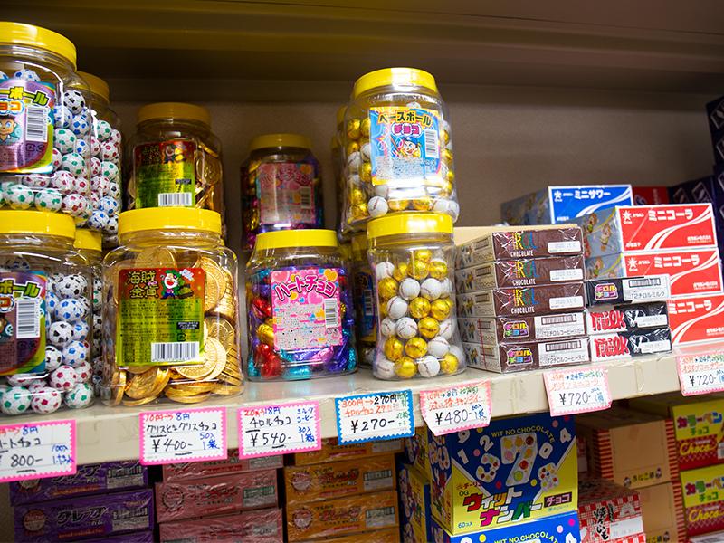 駄菓子やおもちゃを子どもたちに届ける