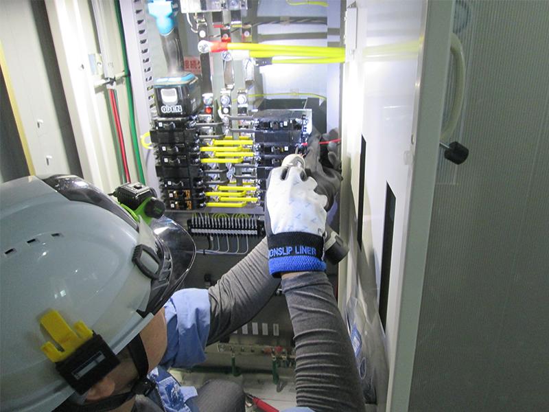 オフィスビルや病院など,さまざまな建物の電気工事を担当する