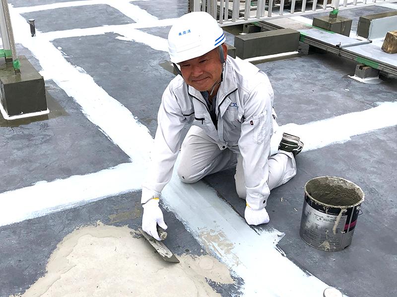 建物の屋上や<ruby>壁<rt>かべ</rt></ruby>の<ruby>防<rt>ぼう</rt></ruby><ruby>水<rt>すい</rt></ruby>工事をする会社