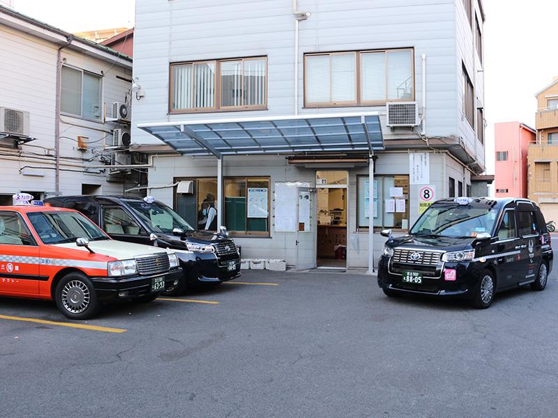タクシーやハイヤーで,お客さまを目的地までお送りする