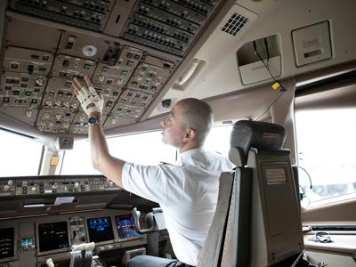 飛行機を操縦するコックピット