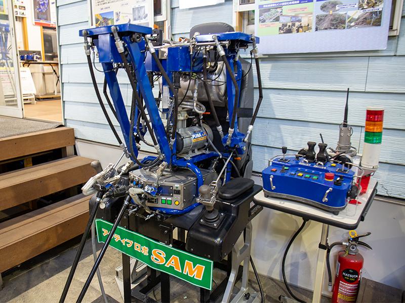 人の代わりに建設機械を動かすロボットを設計・開発