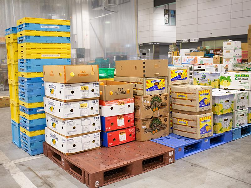 市場で野菜や果物を買い付けて,お客さまに届ける