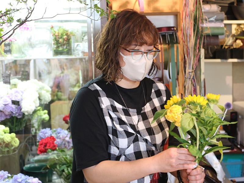 お客さまにヒアリングをしながら、要望通りの花を<ruby>提<rt>てい</rt></ruby><ruby>供<rt>きょう</rt></ruby>する